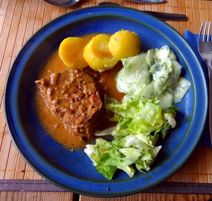 Hackbraten,Gurkensalat,Endiviensalat (1)