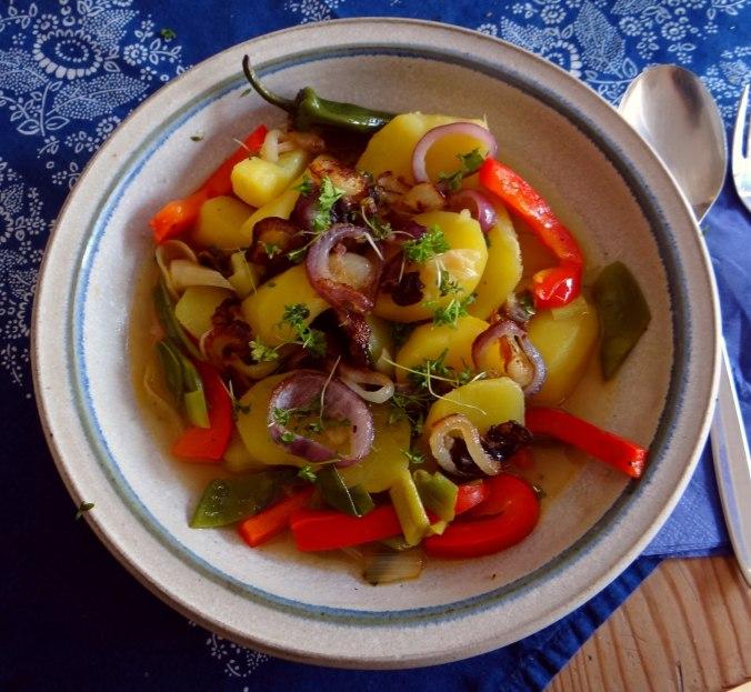 Bouillionkartoffeln, Feldsalat, Zwiebelringe, Kleines Gemüse (15)