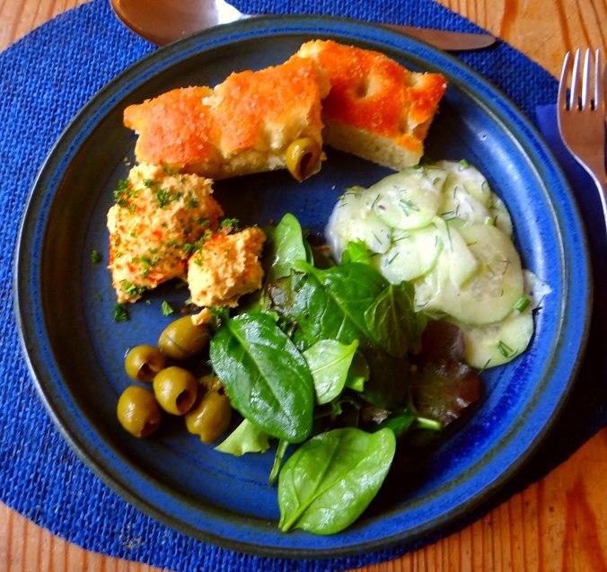 Hummus,Salate und Foccacia (1)