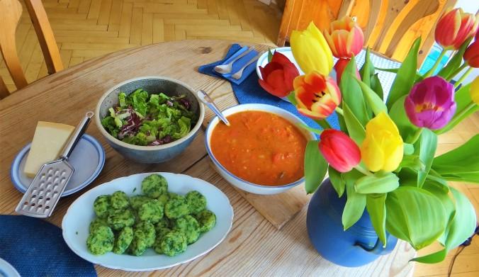 Bärlauch Gnocchis,Tomatensauce,Salat (10)