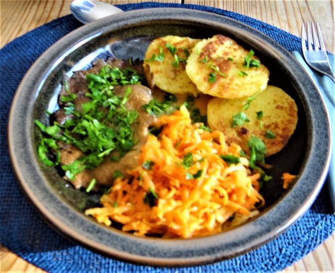 Kloßscheiben,Austernpilze,Möhrensalat (1)