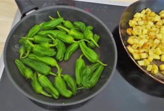 Zucchini Pfanne,Rohgebratene Kartoffeln,Pimientos,Obstsalat (18)